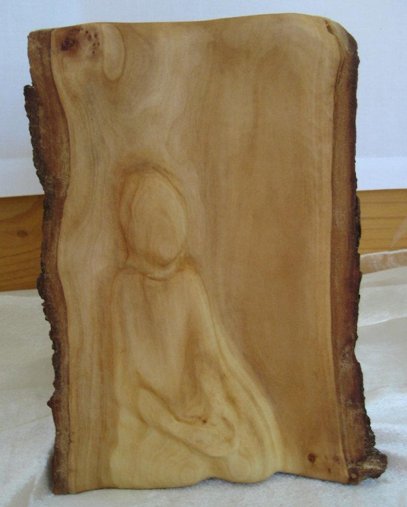 """Bild: Skulptur aus Holt mit geschnitzter Beterin aus der Reihe """"Augenpredigt"""" von Andrea Diederich; Quelle: Sklulptur von Andrea Diederich - Fotografiert Annette Wohlfeil"""