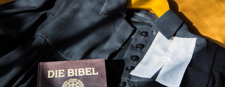 Bild: Talar mit Beffchen und Bibel; Quelle: ZfK